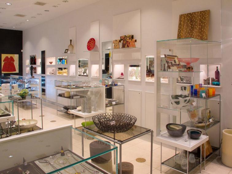 23e8637d1b2 A loja deste museu é especializada em artesanato. Há uma ampla oferta de  cachecóis