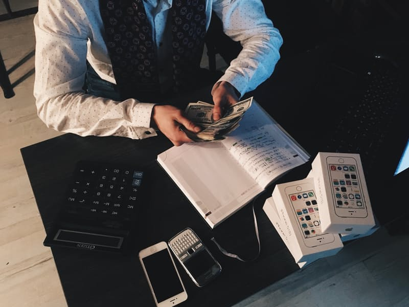 empresario-contando-dolares