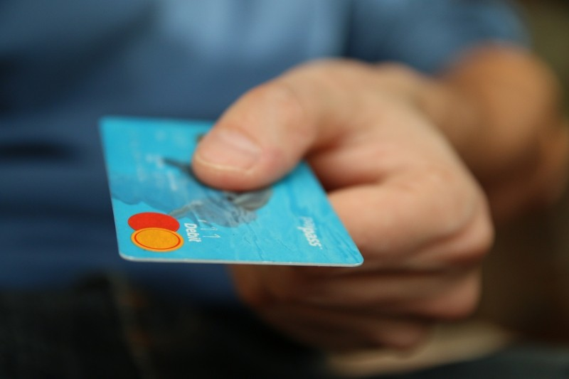 mans-hand-with-credit-card
